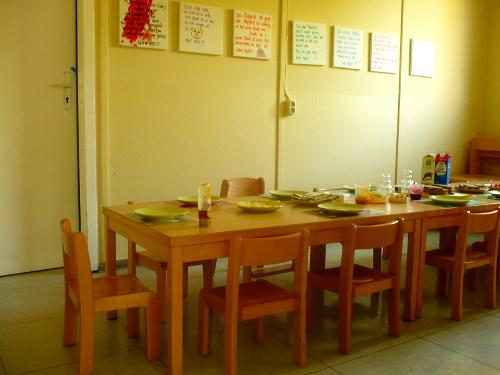Foto des Esszimmers mit großem Kindertisch