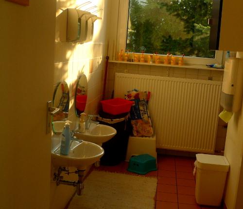 Foto des Waschraums mit Kinderwaschbecken